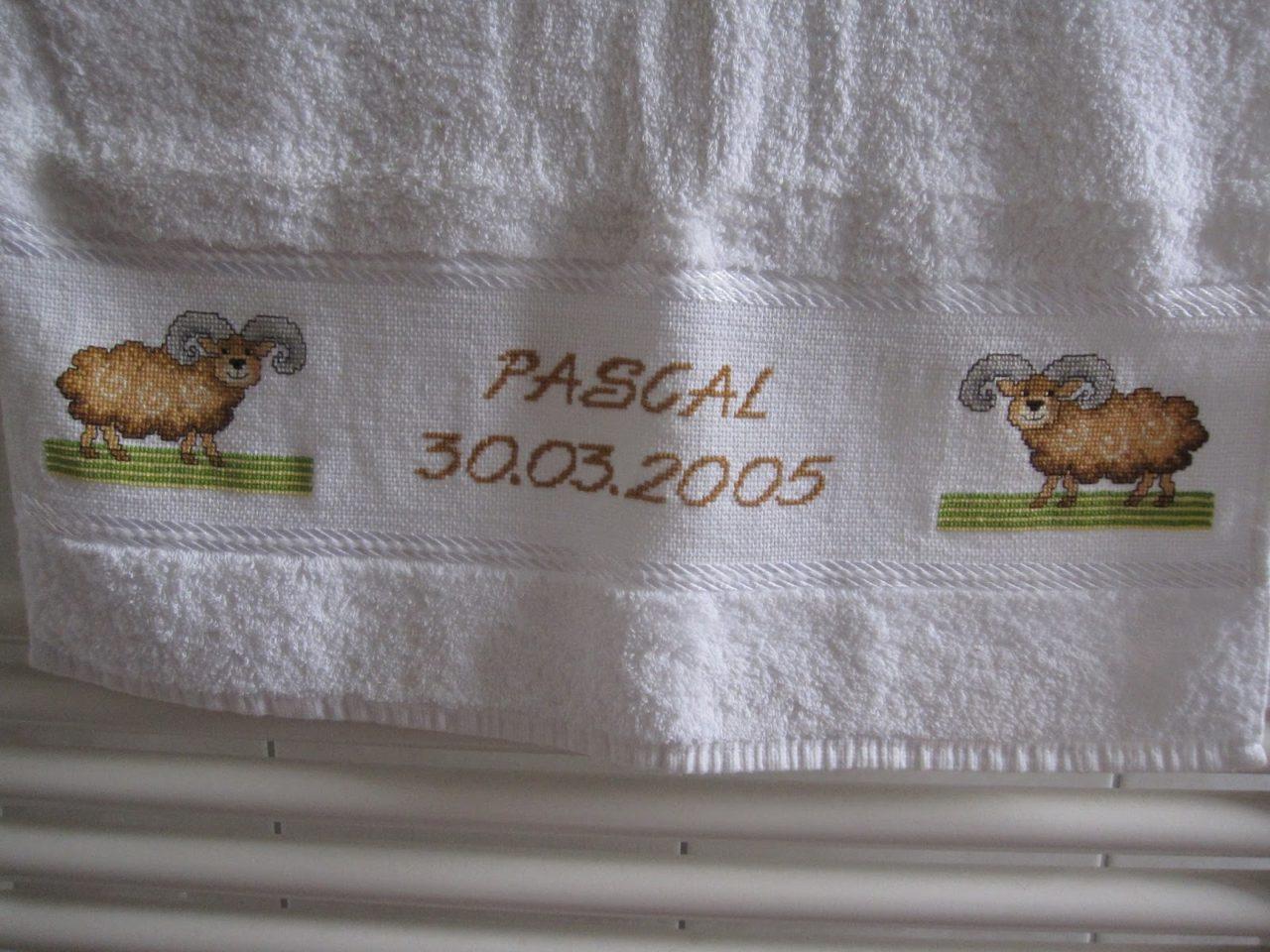 besticktes Handtuch – Sternzeichen Widder und Name