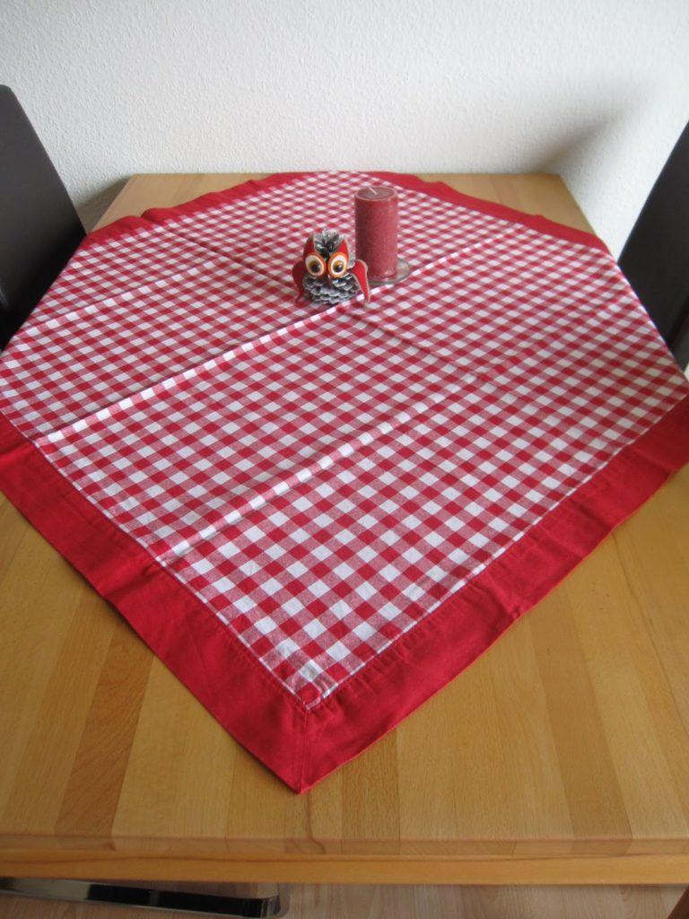rote Tischdecke mit Briefecke