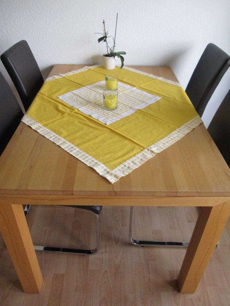 gelbe Tischdecke mit Briefecke und Mitteldeckchen