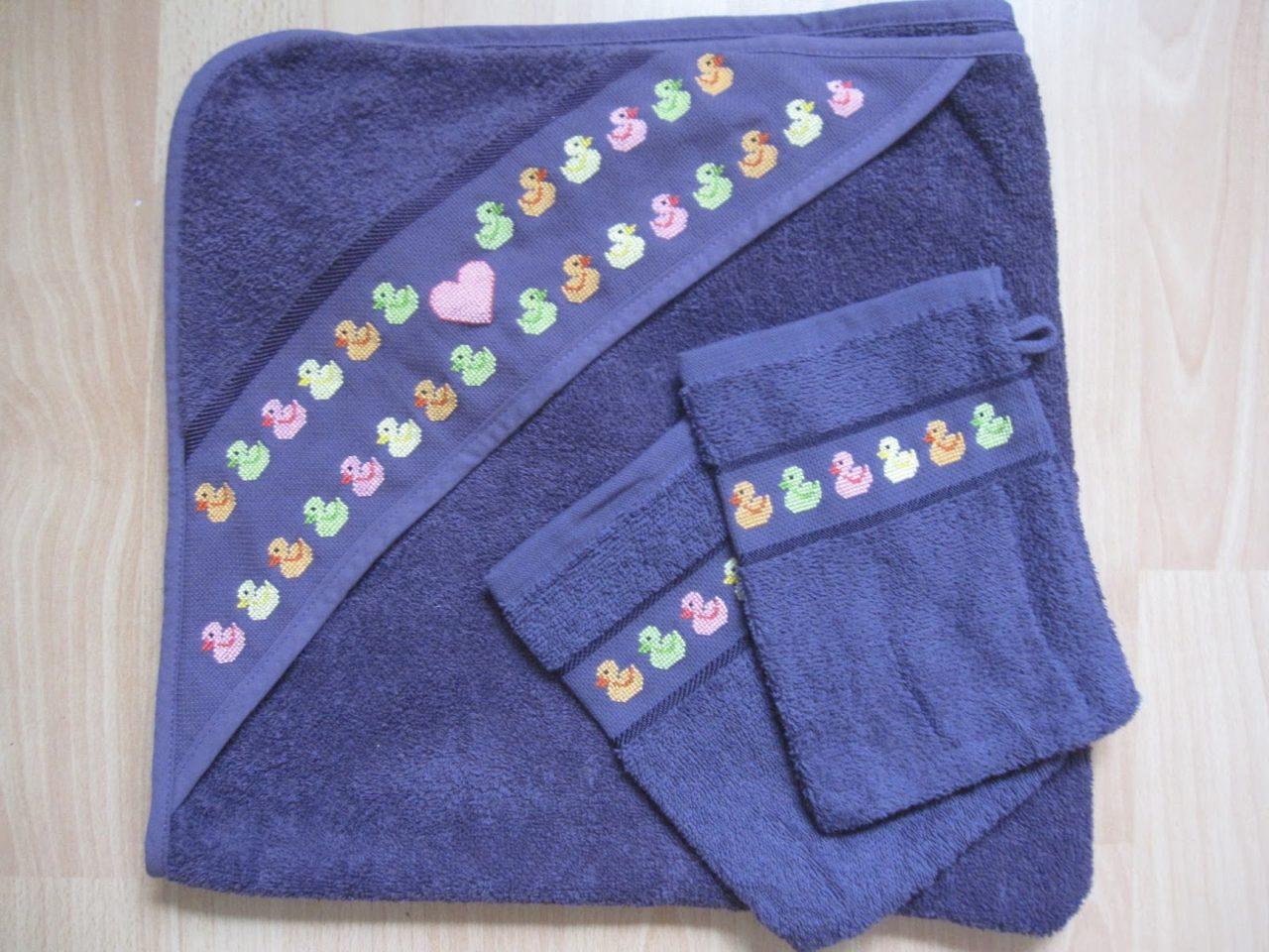 besticktes Babywasch-Set aus Handtuch und Waschlappen