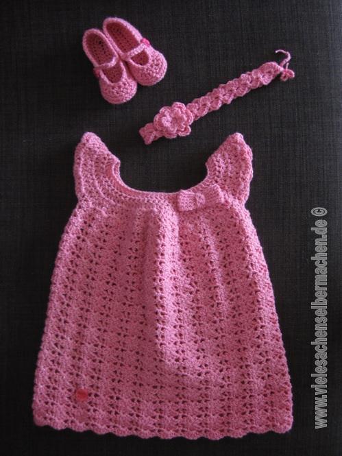 gehäkeltes Babykleid mit Accessoires in pink